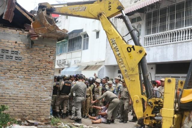 Satpol PP Bersihkan Bangunan Liar di Seputaran Bangunan Tua Warenhuis